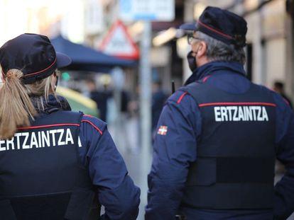 Agentes de la Ertzaintza en una imagen de archivo.