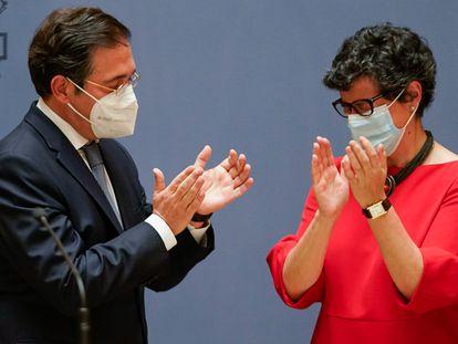 El nuevo ministro de Asuntos Exteriores, Unión Europea y Cooperación, José Manuel Albares, aplaude a su predecesora, Arancha González Laya.
