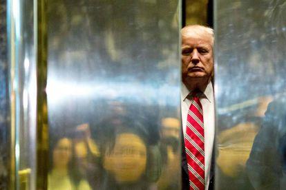 Trump aborda en el ascensor en la torre que lleva su nombre.