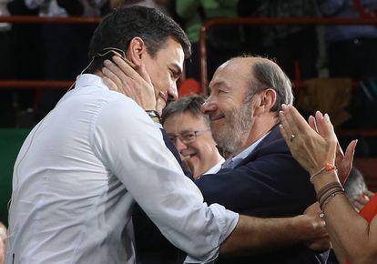 Pedro Sánchez y Alfredo Pérez Rubalcaba, en el acto de arranque de la precampaña del PSOE en las elecciones generales, el 26 de junio de 2016 en el pabellón de la ONCE en Madrid.