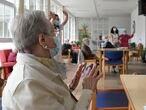 Varios ancianos en una de las salas de la Residencia de mayores de Carballo, a 19 de junio de 2021, en A Coruña, Galicia (España). La Xunta de Galicia ha decidido levantar las restricciones activadas en el último año y medio en residencias y centros de día, después de no contabilizar ningún caso de coronavirus desde marzo. Los usuarios de las residencias pueden volver a la vida normal, no hay límite de visitas a la semana y vuelven las excursiones. 19 JUNIO 2021 M. Dylan / Europa Press 19/06/2021