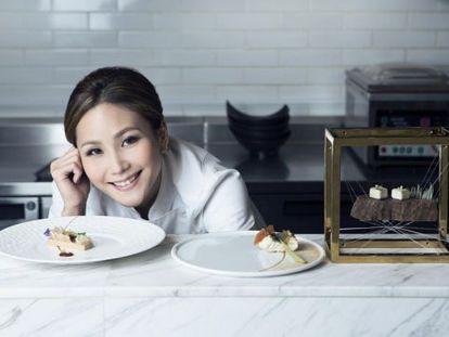 La chef del restaurante Tate Dining Room de Hong Kong, con algunas de sus creaciones.
