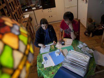 Una pareja revisa sus facturas de agua, gas y electricidad.