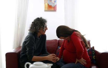 La doula Paca Muñoz en su casa con una de las 200 mujeres a las que ha acompañado en sus embarazos y partos.