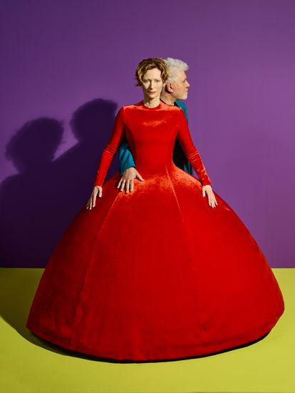 El realizador manchego, junto a Tilda Swinton, cuyo dramático traje rojo de Balenciaga se ha convertido en símbolo del cortometraje.