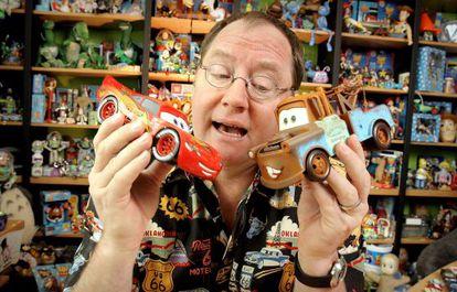 El director John Lasseter con los coches de la película 'Cars', Rayo McQueen y Mate.