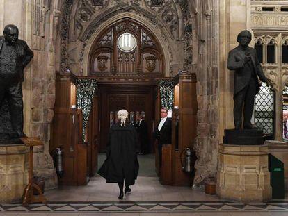 Un letrado del Parlamento británico accede a una de las dependencias de la Cámara, este lunes . En vídeo, El Parlamento aprueba la ley que obliga a May a prorrogar el Brexit.