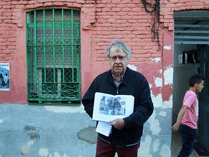 El hispanista Ian Gibson ayer en Peironcely 10, la vivienda que fotografió Capa.