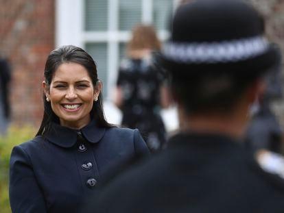 La ministra del Interior del Reino Unido, Priti Patel, durante una visita a un cuartel de policía el pasado lunes, en Lewes.