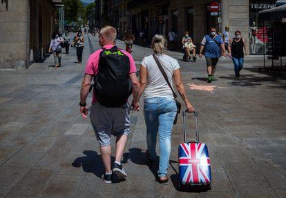 Una pareja de turistas británicos camina por el centro de Barcelona, el pasado mes de julio.