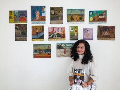 """Susana Vargas con la portada del libro """"Killer""""."""