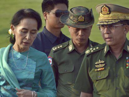 Aung San Suu Kyi y el general Min Aung Hlaing, en una imagen de archivo