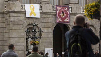 La fachada del Ayuntamiento de Barcelona  con lazo amarillo