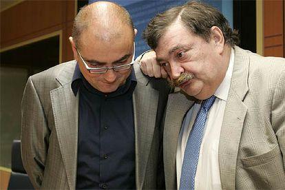 El consejero Madrazo atiende al parlamentario de EA Juan Porres (a la derecha) antes de la comisión.