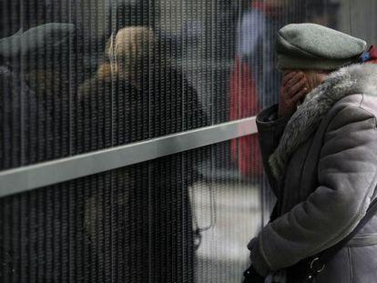 Una mujer llora ante el muro de víctimas del museo del Holocausto de Budapest en enero.