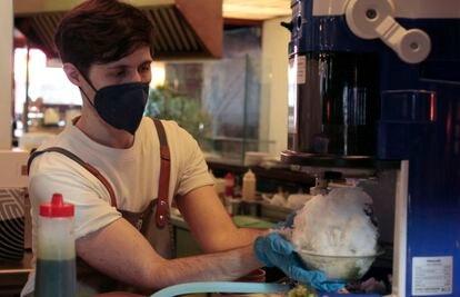 La máquina que se ha traído de Japón y produce las finas capas de hielo para el 'kakigori'.