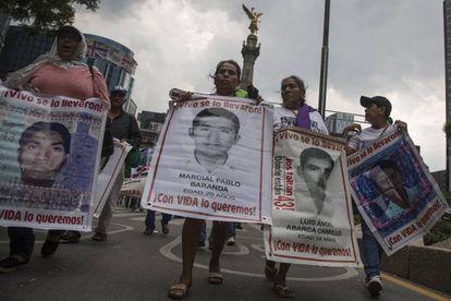 Marcha de familiares de los 43 este miércoles en Ciudad de México.