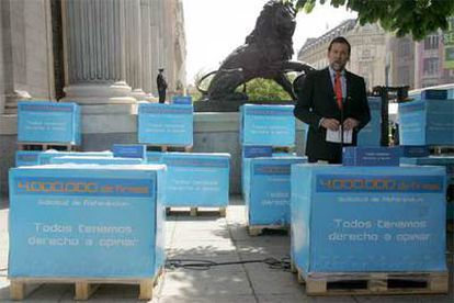 Mariano Rajoy entrega en el Congreso las cajas que contienen las firmas para pedir un referéndum nacional sobre el Estatuto catalán.