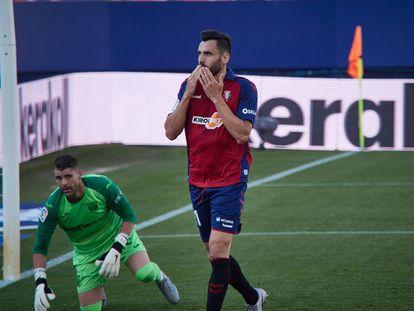 El delantero Enric Gallego celebra un gol ante Cuéllar en el partido entre Osasuna y Leganés este sábado en El Sadar.