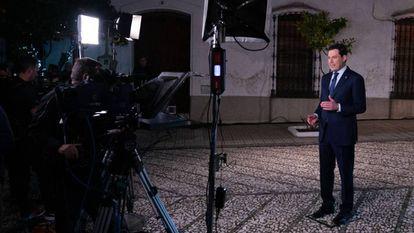 El presidente de la Junta de Andalucía, Juan Manuel Moreno, durante su discurso de Navidad en Cumbres de Enmedio (Huelva). En vídeo, las declaraciones de Moreno.
