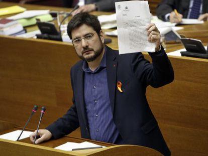 El portavoz de Esquerra Unida, Ignacio Blanco, exhibe en las Cortes la resolución de la fiscalía que pone a Ciscar y Català al borde de la imputación.