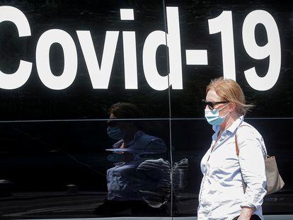 Una mujer pasea con mascarilla por Nueva York, el pasado 22 de julio.