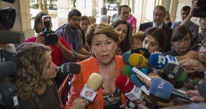 Magdalena Álvarez, en los juzgados de Sevilla tras declarar en octubre ante la juez Mercedes Alaya.