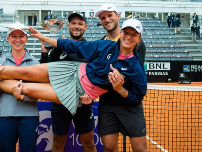 Swiatek, en brazos de los miembros de su equipo tras ganar la final en Roma.