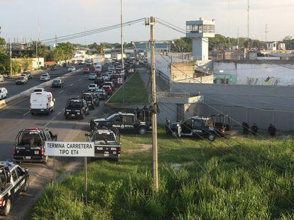 Fuerzas policiales rodean el Centro de Reinserción Social del Estado de Tabasco (Creset) durante la contención del motín.