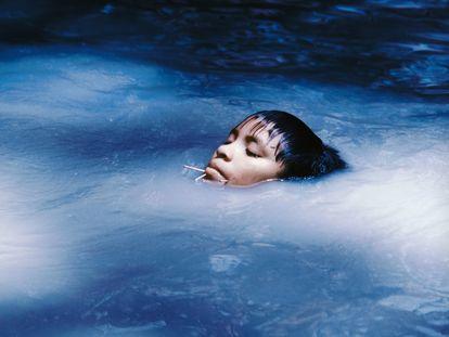 'La jove Susi Korihana thëri en un arroyo', Catrimani, Roraima, 1972-1974.