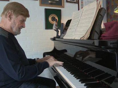 En vídeo, el músico Belga Leo Caerts explica las diferencias entre la versión en castellano y la versión en neerlandés.