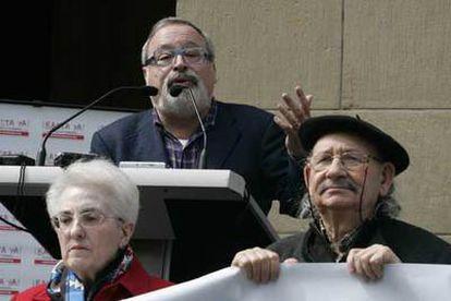 Fernando Savater, detrás del escultor Agustín Ibarrola, se dirige a los asistentes al acto.