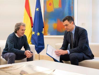 Fernando Simón entrega a Pedro Sánchez un informe sobre la estrategia de desescalada, este domingo antes de la reunión con las comunidades.