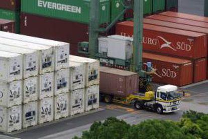 Un camión carga contenedores en una estación de tránsito en Tokio. EFE/Archivo