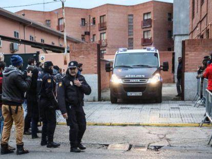 Una furgoneta de la policía traslada a prisión a los futbolistas detenidos, en 2017.
