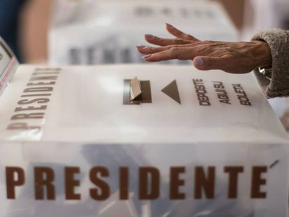 Una persona vota en las elecciones de 2018 de México.