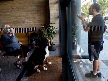 Un hombre visita a su abuela en la residencia geriátrica Icaria, del barrio de Poble Nou de Barcelona.