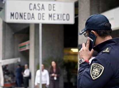 Un agente de la policía habla por teléfono frente a la Casa de Moneda en Ciudad de México.