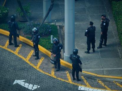 La Policía de Nicaragua antees de decomisar equipos en la redacción de la revista Confidencial, este jueves en Managua.