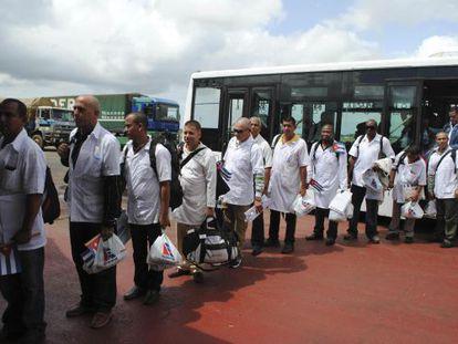Los médicos cubanos llegan al aeropuerto de Monrovia.