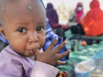 Un niño de Kanem, un pueblo cercano al Lago Chad, saborea el contenido de un compuesto nutricional a base de cacahuete que sirve para prevenir la desnutrición infantil.