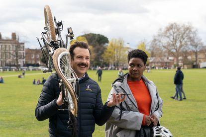 Jason Sudeikis y Sarah Niles, en un episodio de la segunda temporada de 'Ted Lasso'.