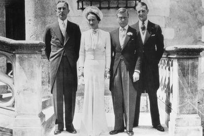 Wallis Simpson y el duque de Windsor el día de su enlace en el castillo de Candé en junio de 1937. A la izquierda de la pareja, Herman Rogers y, a la derecha, el mayor E. D. Metcalf.