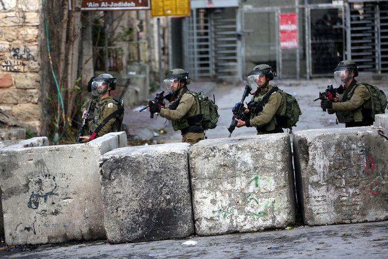 Despliegue de tropas israelíes en Hebrón, el viernes durante una protesta palestina.