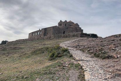 El monasterio románico del siglo XI de Sant Llorenç del Munt (Barcelona) en el parque natural homónimo.