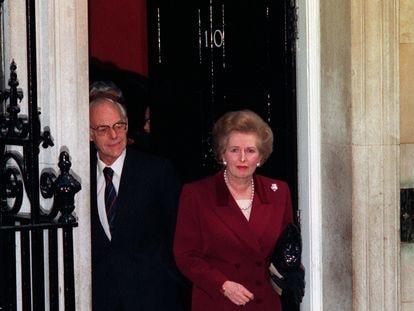 Margaret Thatcher abandona el número 10 de Downing Street, Londres, junto a su marido el 28 de noviembre de 1990.