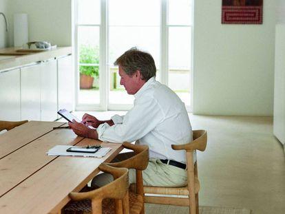 Hay luz al final de la cocina de John Pawson en su casa de Londres, donde nada es accesorio. |