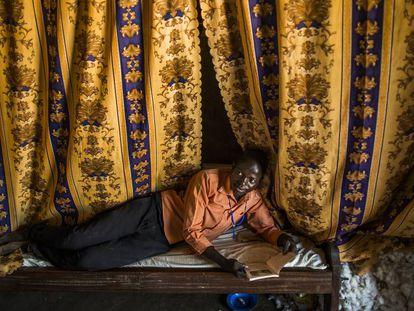 Denish, recostado sobre la cama de la cabaña donde duerme junto a sus hermanos.