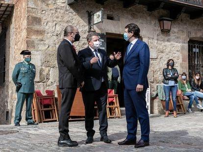 Los presidentes de Aragón, Castilla y León y Castilla-La Mancha, Javier Lambán, Alfonso Fernández Mañueco y Emiliano García-Page, suscriben la Declaración de Albarracín contra la Despoblación, este jueves.