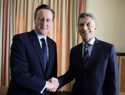 Macri saluda a Cameron, en Davos